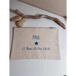Cadeau naissance: pochette personnalisée pour transporter les couches et le nécessaire de change.